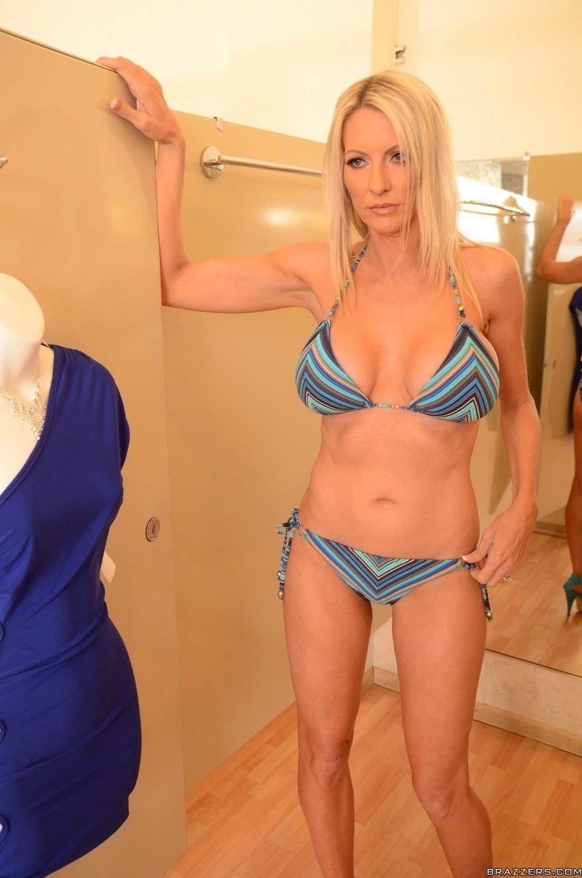 Fotos de coroa loira peituda transando no provador de roupas