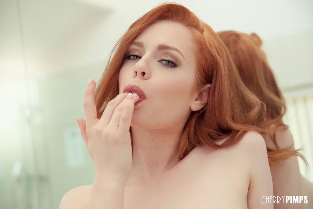 Fotos de ruiva perfeita pelada metendo a mão na buceta