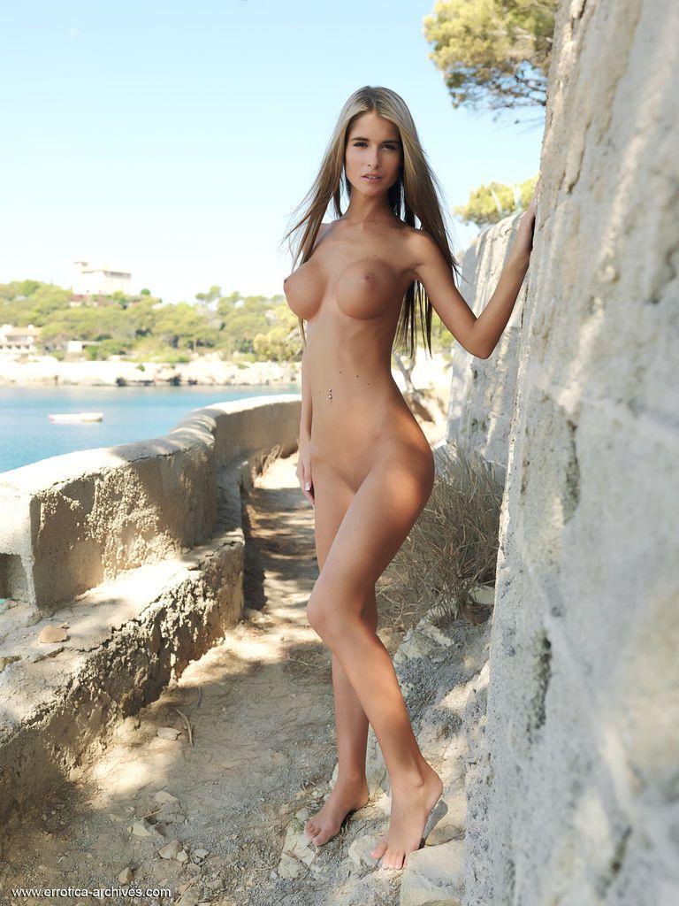 Loira magrinha peituda toda nua em ensaio sensual