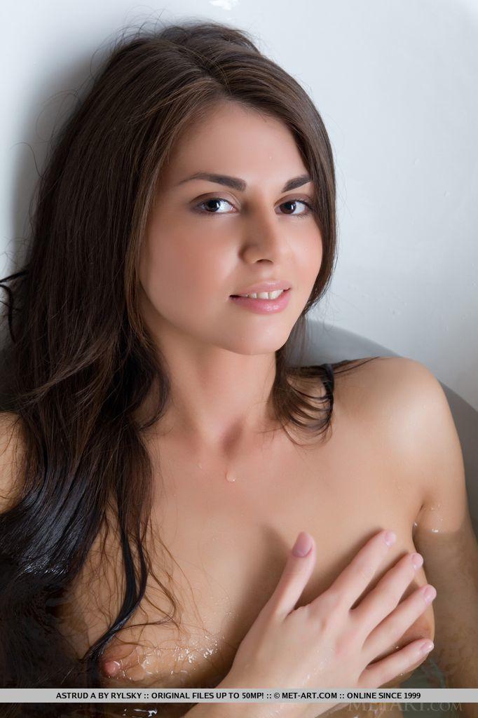 Novinha posando para fotos de nudez