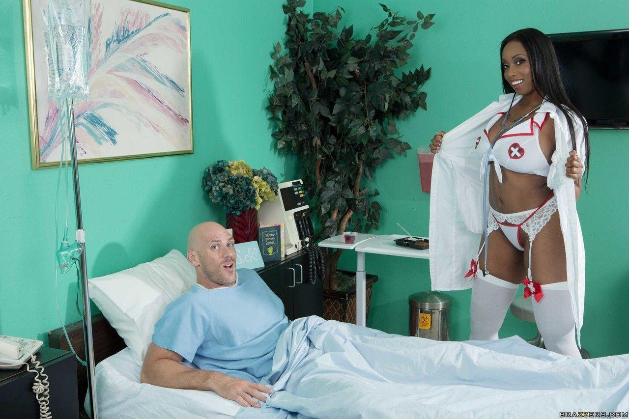 Fotos eróticos HD de enfermeira negra peituda dando a buceta