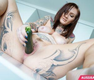 Fotos de gostosa tatuada se masturbando na cozinha