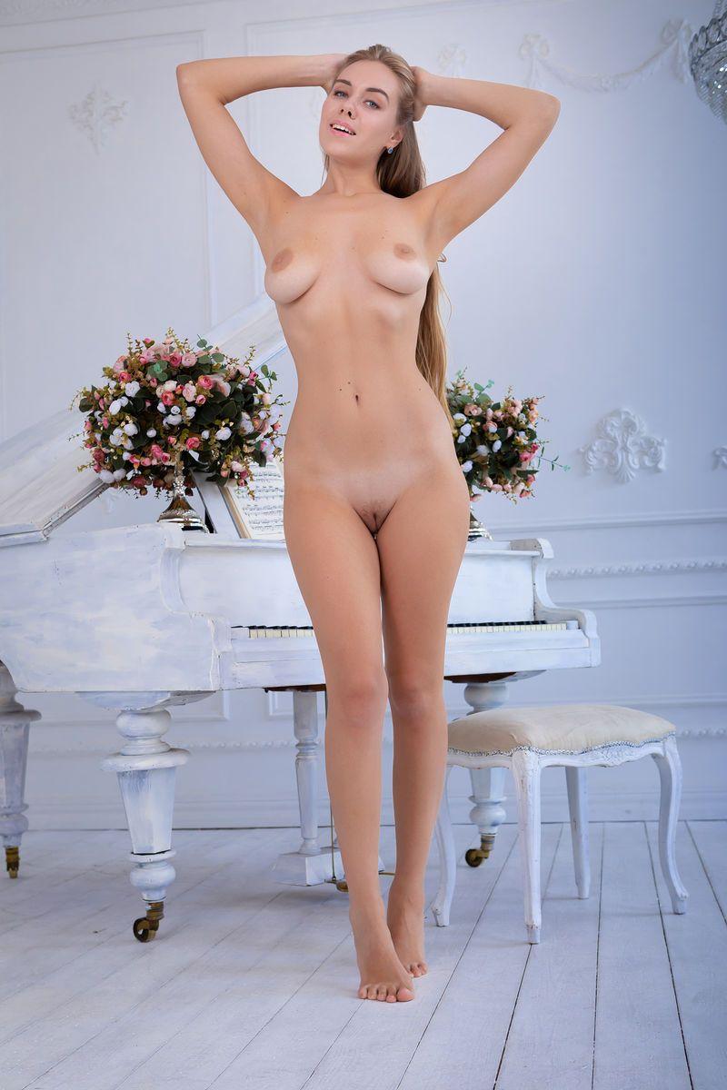 Loira sensual tirando a roupa e se exibindo nua