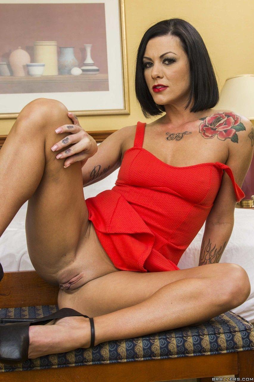 Morena charmosa em fotos quentes mostrando a buceta